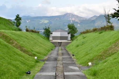 Le chemin menant au belvédère, le mont Aso en arrière-plan