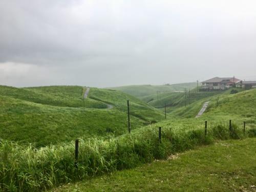 Route serpentant sur un paysage valloné et vert, mont Aso, Kumamoto
