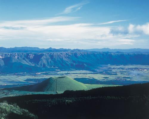 """La silhouette de """"volcan parfait"""" du mont Komezuka, à Aso"""