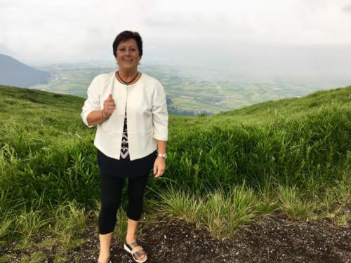 La mère de Mark, posant devant le paysage de la caldera du mont Aso
