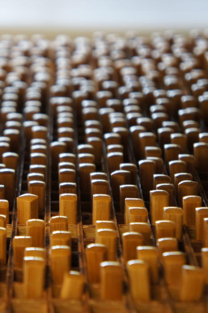 Baguettes en bambou enduites en train de sécher