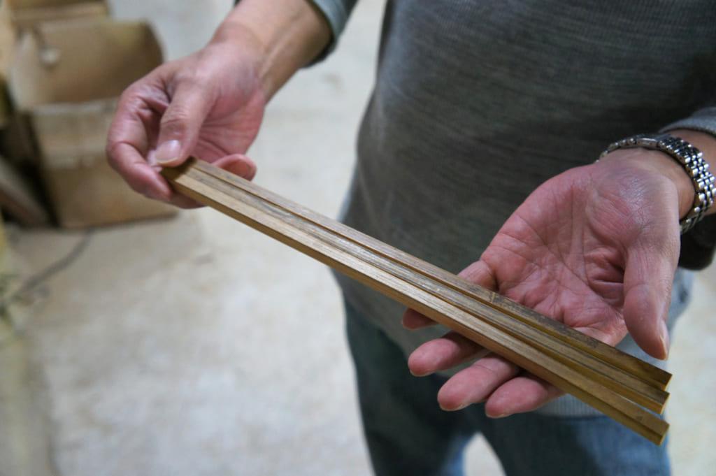 M. Yamazaki présentant des morceaux de bambou tout juste taillés