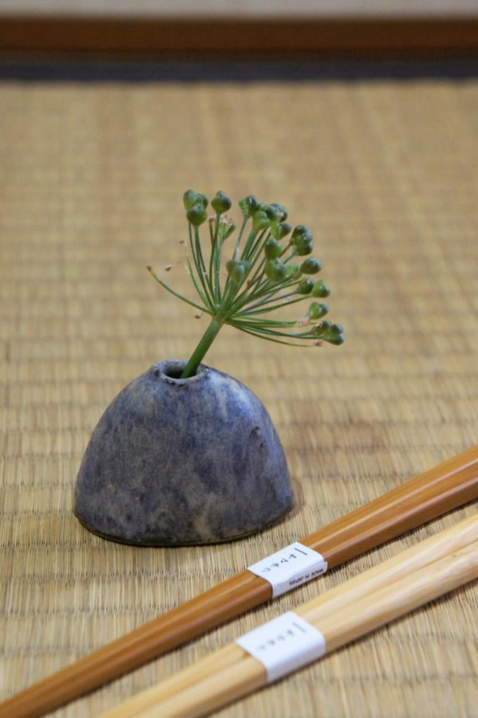 Souvenirs de Tamana : vase miniature en céramique Shodai yaki et baguettes en bambou