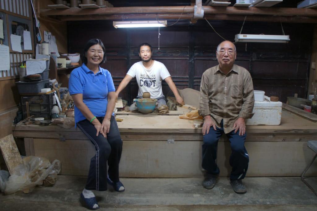 La famille Yamaguchi, parents et fils, dans leur atelier de poterie Shodai yaki, Issakigama