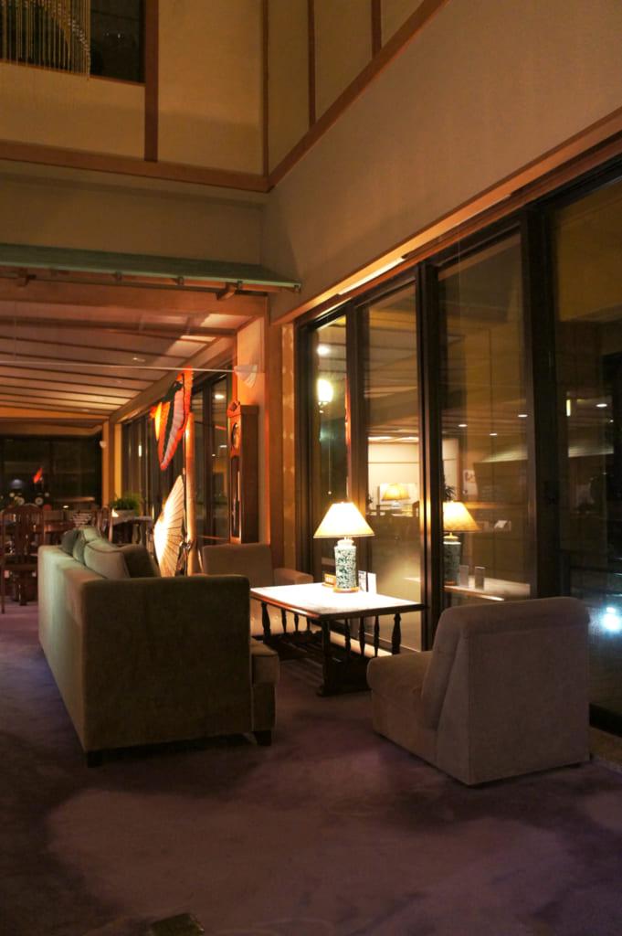Un des coins du salon du ryokan Seiryuso, plongé dans une lumière tamisée