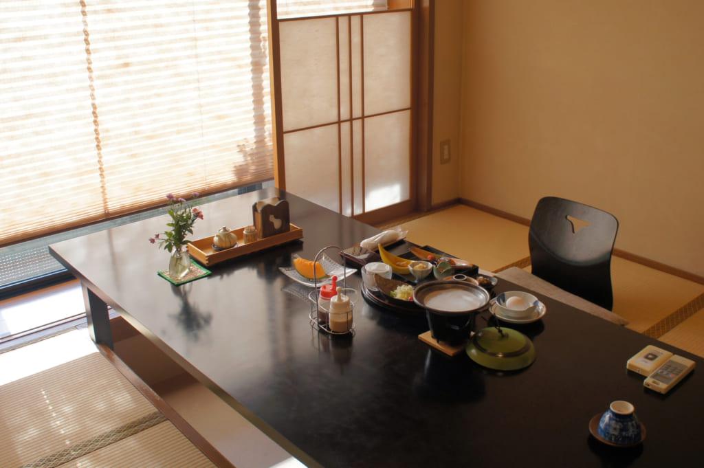 Table du petit déjeuner au ryokan Seiryuso de Yamaga Onsen