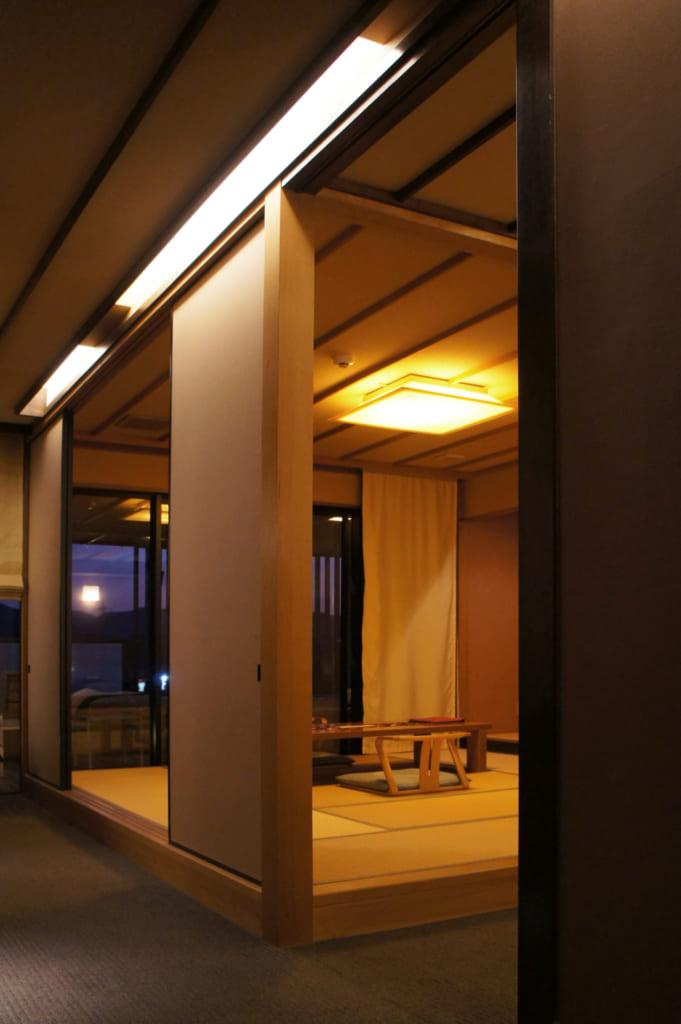 Le coin salon d'une suite du ryokan Seiryuso, vu depuis l'entrée