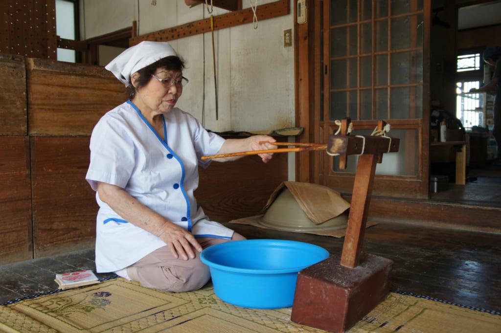 Mme Igata, montrant les outils qu'elle utilise pour fabriquer ses nouilles somen