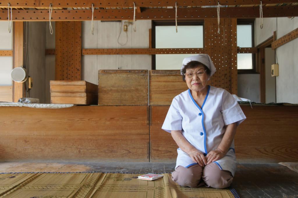 Mme Igata, dans sa fabrique de somen artisanales : Saruwatari