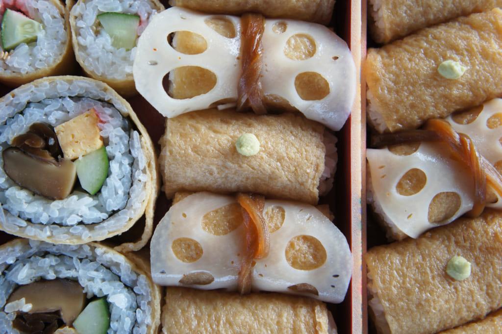 Boîte-repas d'inari zushi et maki sushi