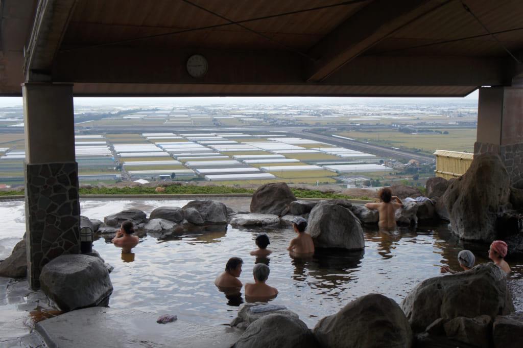 Bain extérieur du Kusamakura onsen Tensui