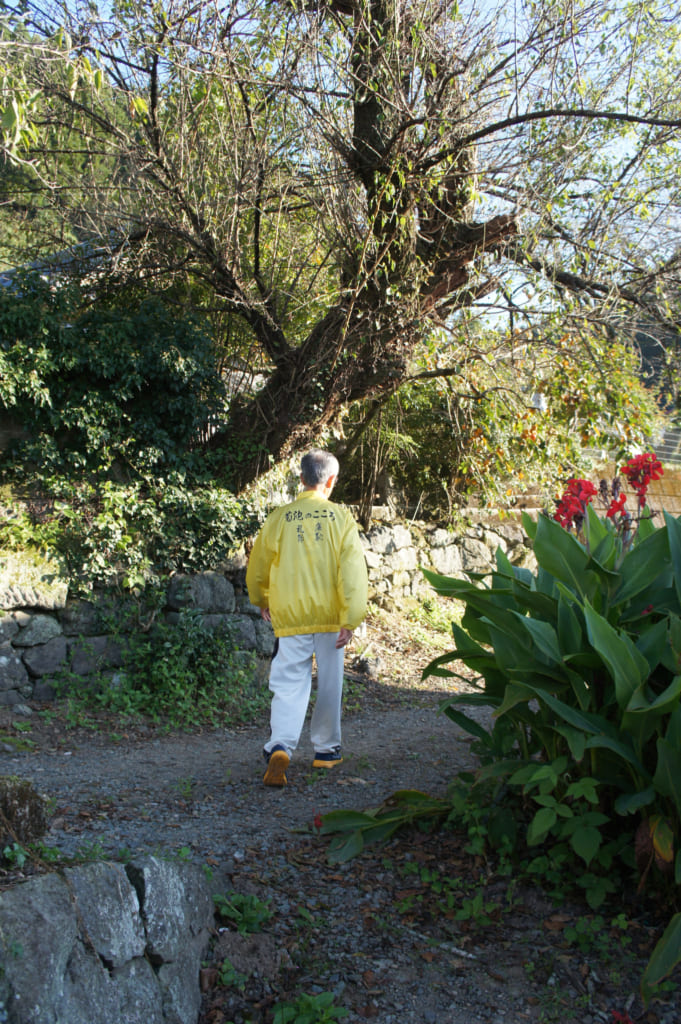M. Yonemura, marchant dans les petites ruelles de son hameau à Kikuchi