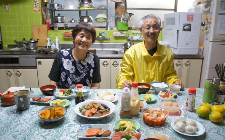 Les époux Yonemura attablés devant le petit déjeuner composé de spécialités de Kumamoto