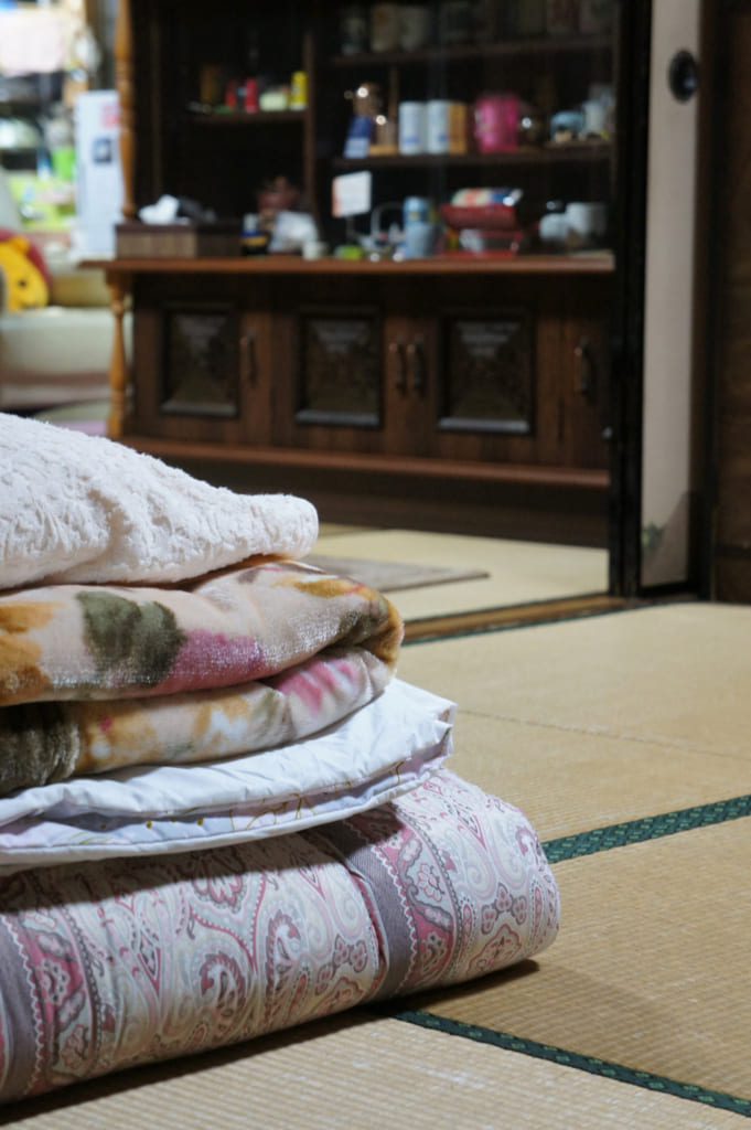Futon et draps préparés pour dans la chambre d'hôte