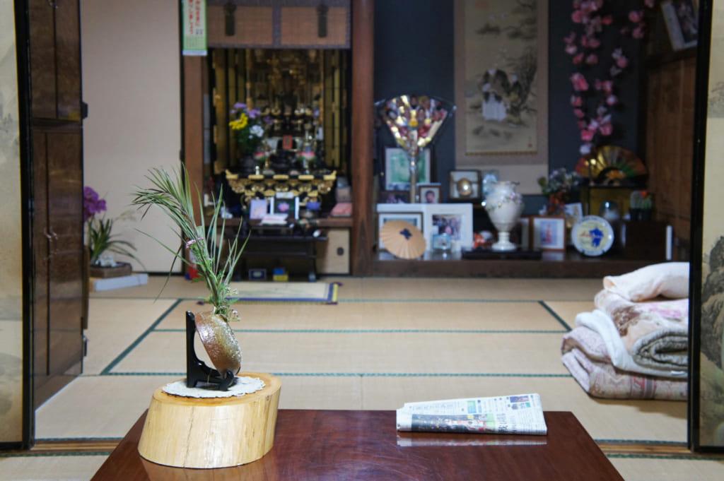 La chambre où j'ai dormi vue du salon : tatami, autel et tokonoma chargé de souvenirs