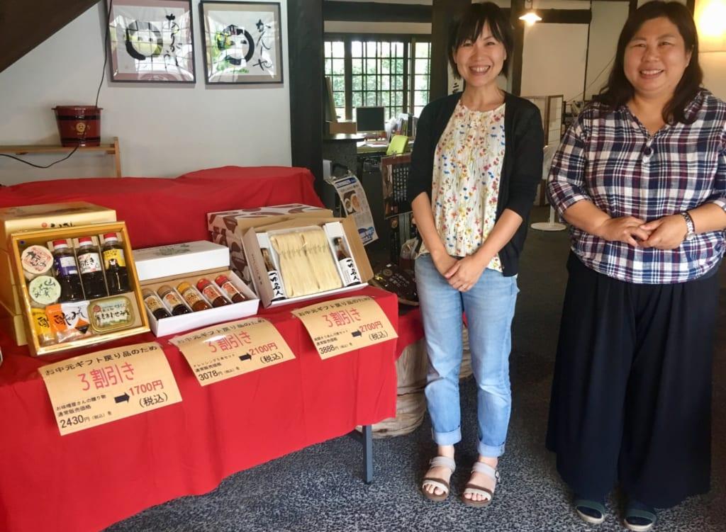 Deux membres du personnel de Yamauchi Honten, dans la boutique