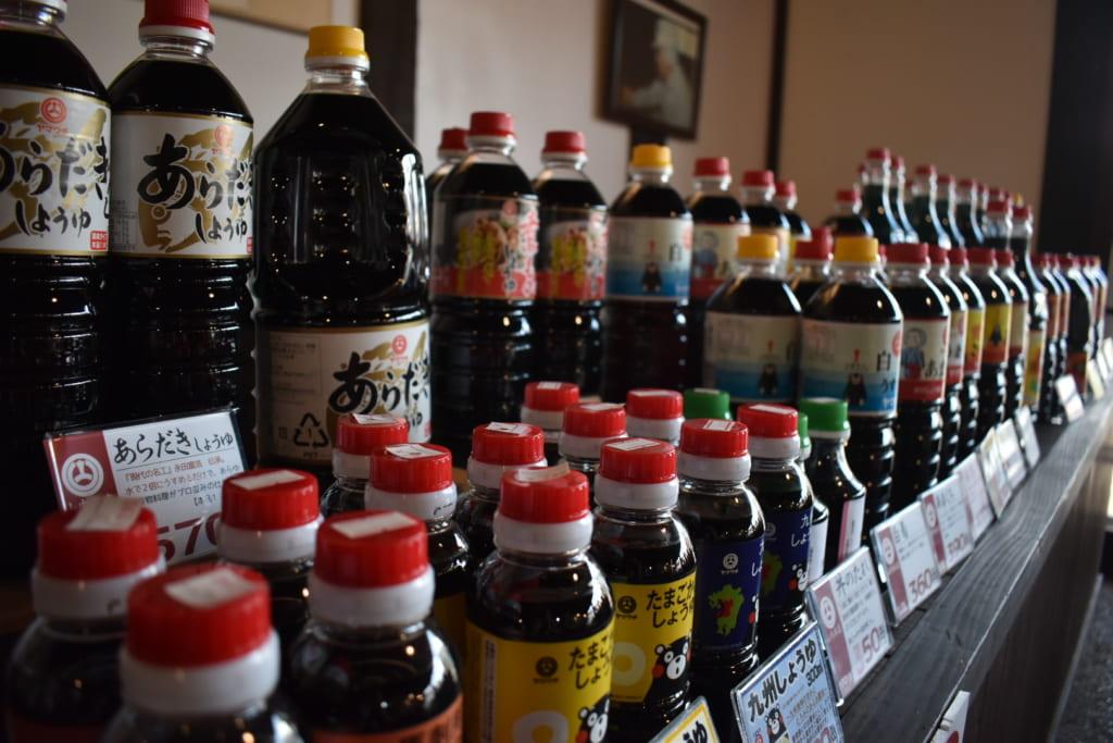 Grande variété de bouteilles de sauce soja dans le magasin Yamauchi Honten
