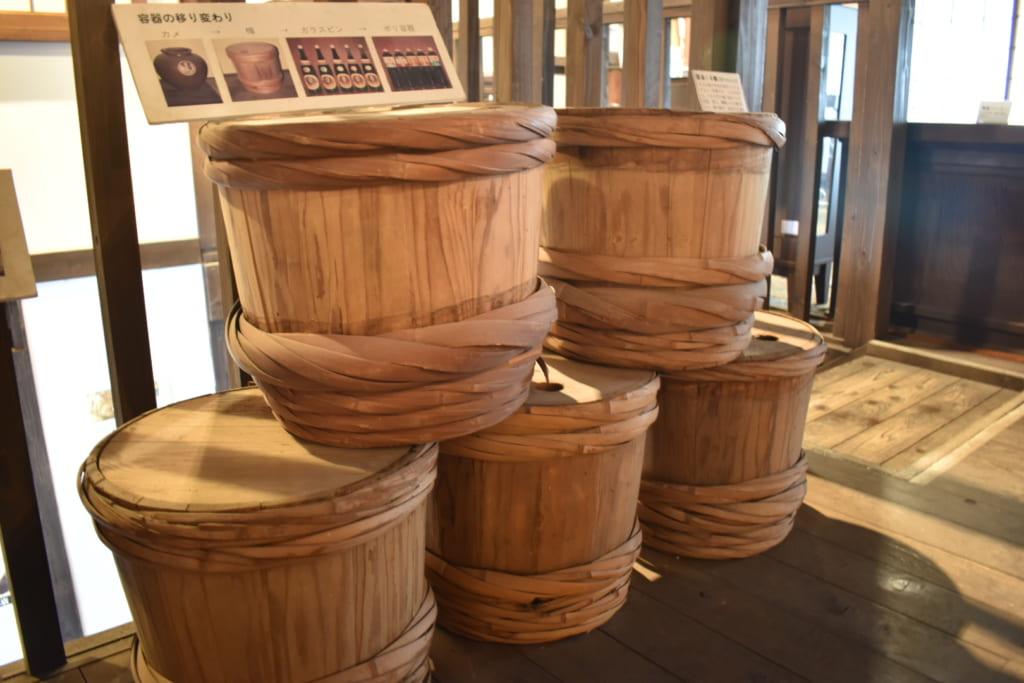 Exposition de barils traditionnels dans le musée Yamauchi Honten
