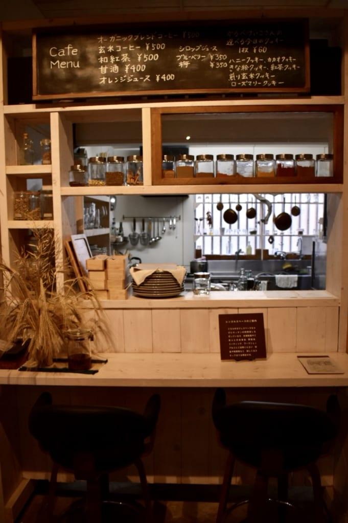 Le café Kyushu no Shokutaku : à la décoration sobre et moderne