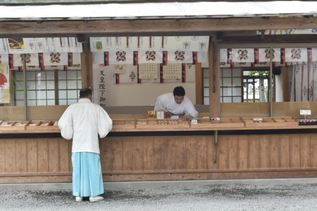 À l'accueil du sanctuaire d'Aso, où sont vendues les amulettes et autres objets sacrés