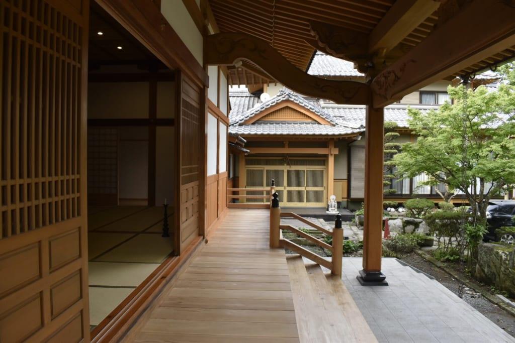 Le temple bouddhiste Gokurakuji à Aso, bâtiment de bois visiblement récent