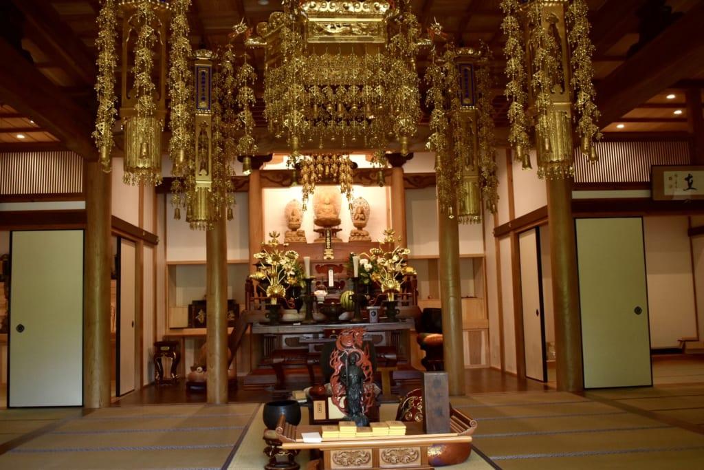 L'autel à l'intérieur du temple bouddhiste Gokurakuji à Aso