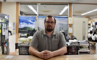 Frank, assis derrière son bureau dans la michi-no-eki près du mont Aso