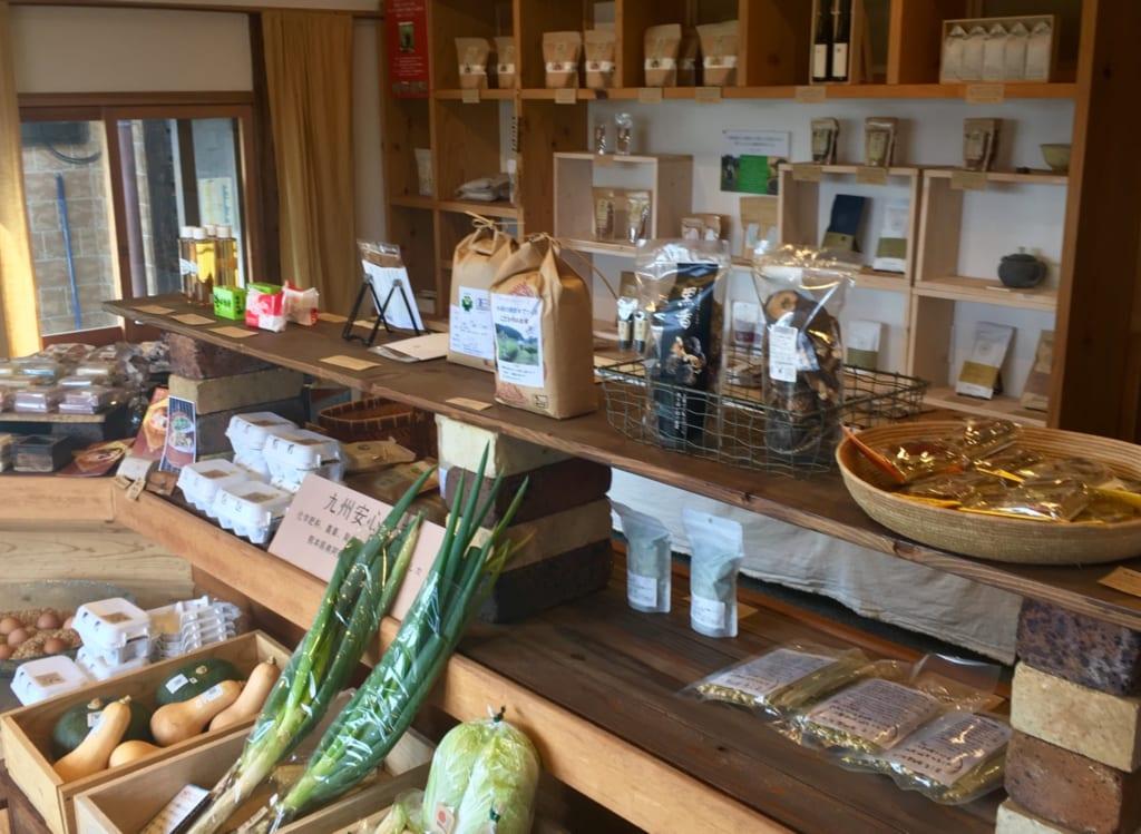 L'intérieur de l'épicerie Kyushu no Shokutaku : produits bio dans un décor de bois clair