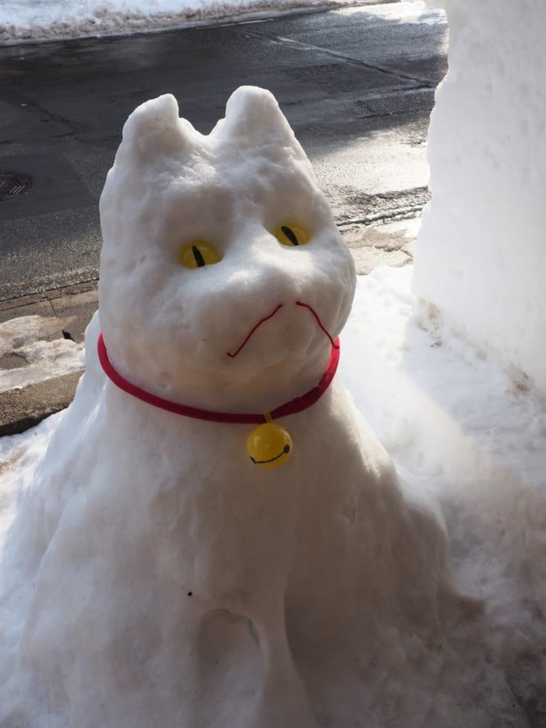 Sculpture de chien dans la neige durant le festival Inukko Matsuri