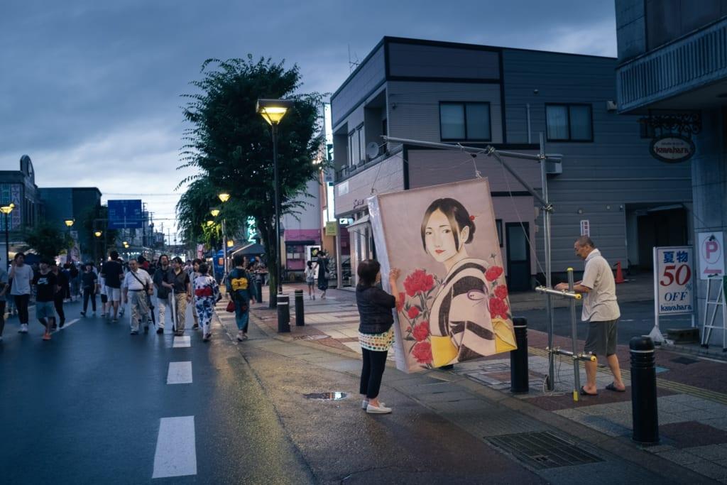 Habitants de Yuzawa entrain d'accrocher une lanterne peinte pour le festival de Tanabata