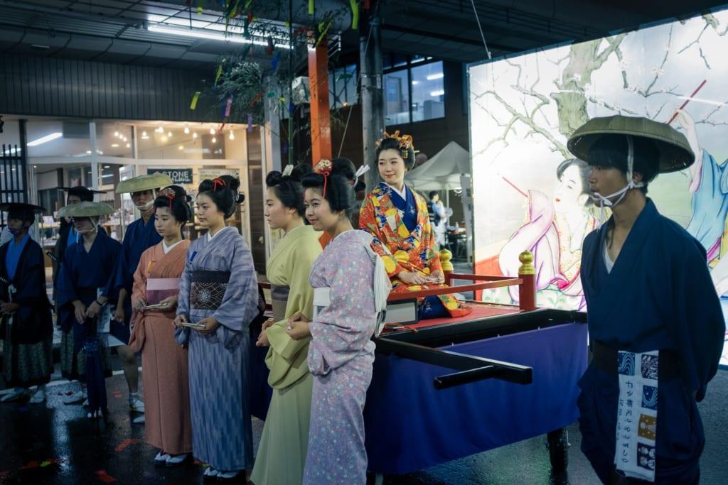 Des femmes en kimono prennent la pose lors du défilé du festival de Tanabata à Yuzawa