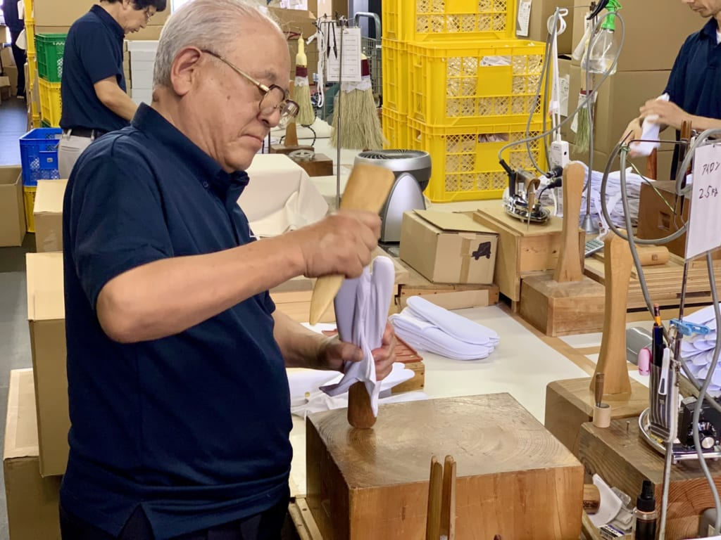 Artisan de Gyoda en pleine fabrication de chaussettes tabi