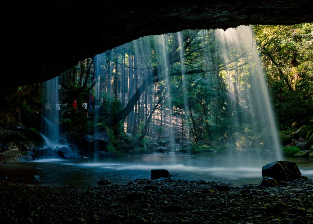 Les chutes de Nabegataki vues depuis derrière la cascade
