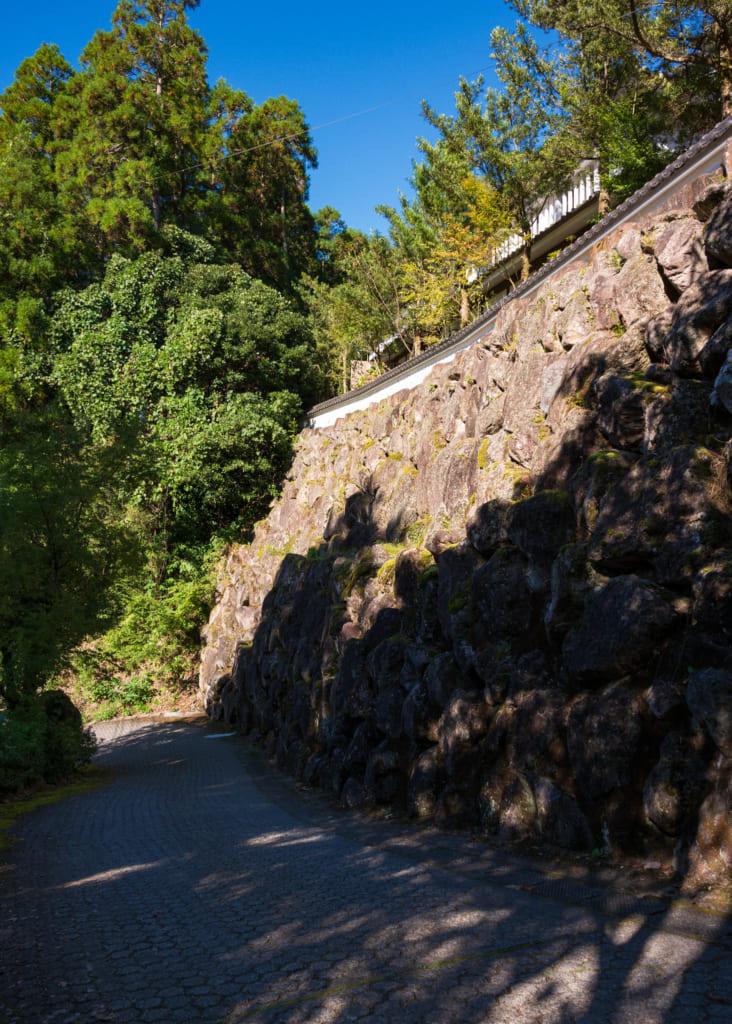 Le Zenzo Ryokan surplombant une route pavée