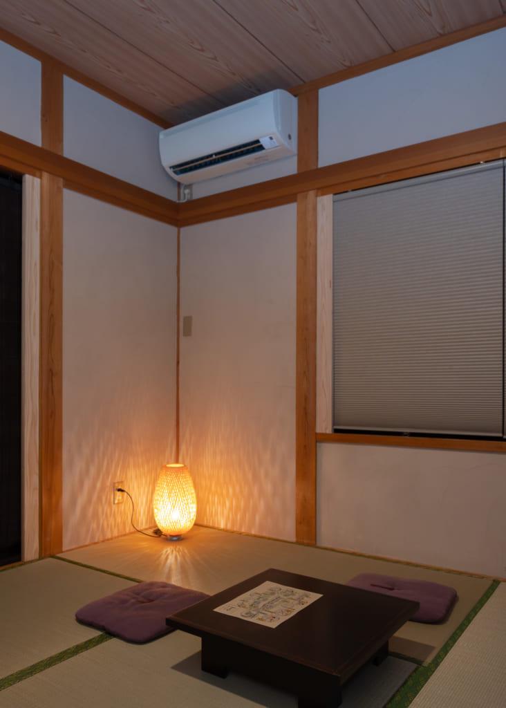 Coin de la chambre au Cabinet de toilette au Zenzo ryokan Waita Onsen typiquement Japonais mais moderne