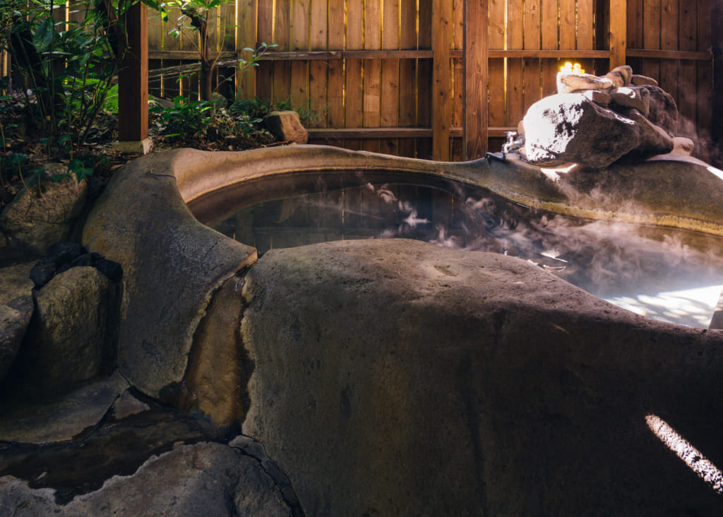 Onsen privatif au Zenzo ryokan creusé dans la roche