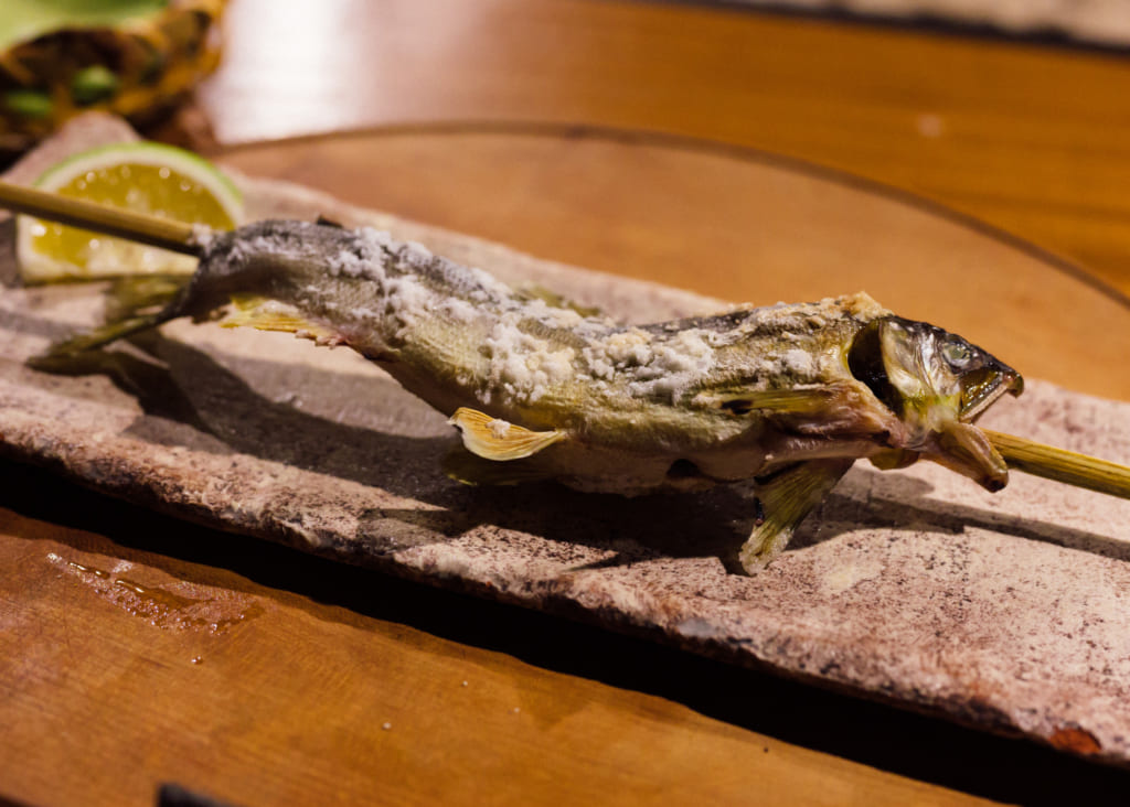 Brochette de poisson au Zenzo Ryokan à Waita Onsen Kumamoto