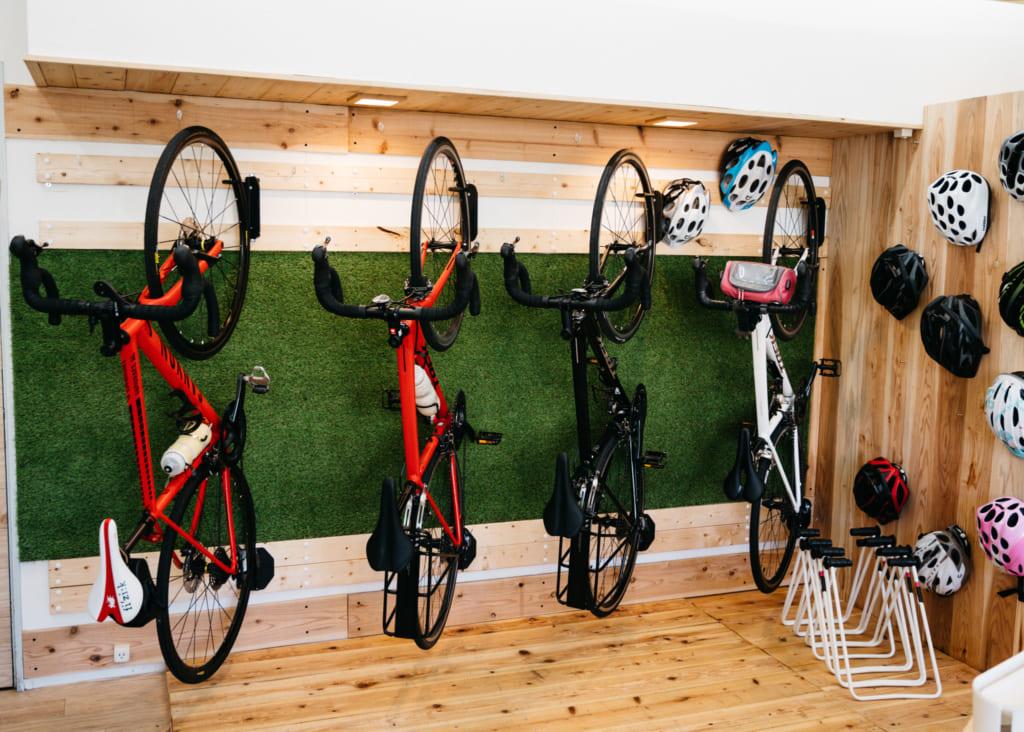 Vélos accrochés à la verticale chez Aso Kujyu Cycle Tour