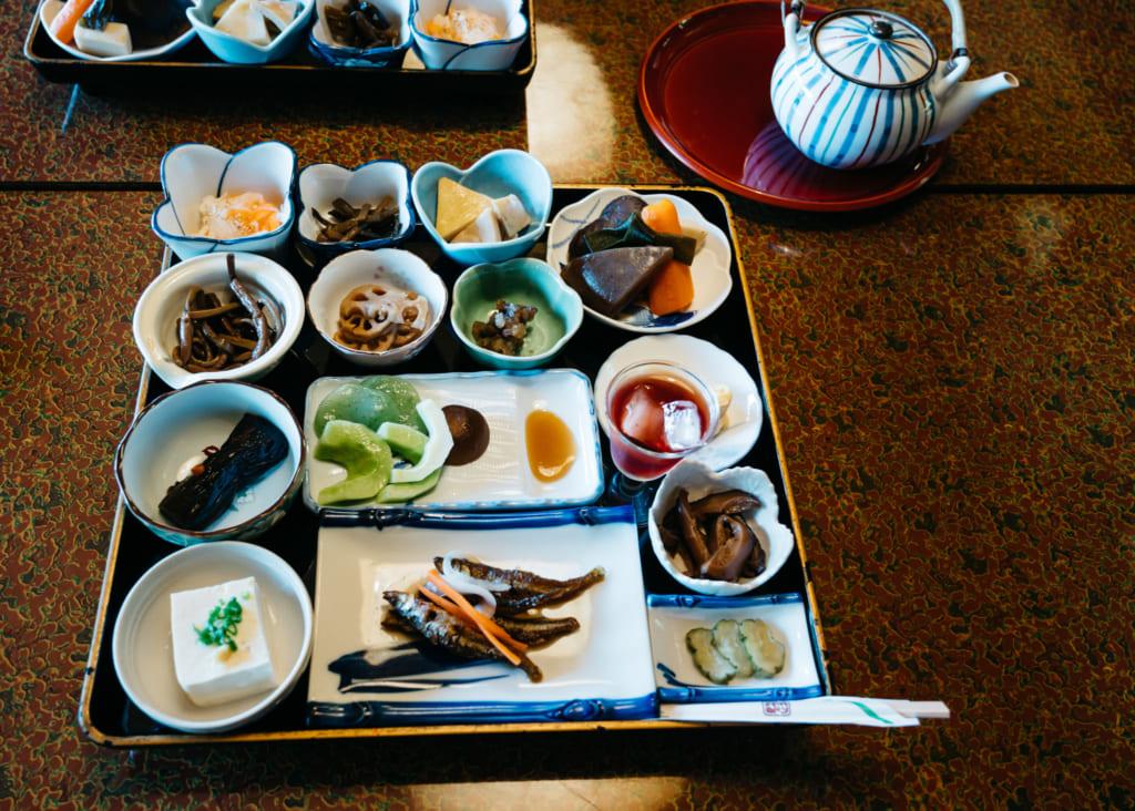 Plateau rempli de petits plats contenant des spécialités de Kumamoto