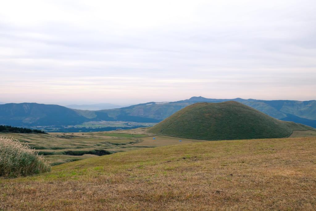 Vue sur le cratère de Komezuka, dans la caldeira du mont Aso : un lieu idéal pour pratiquer des activités de plein air