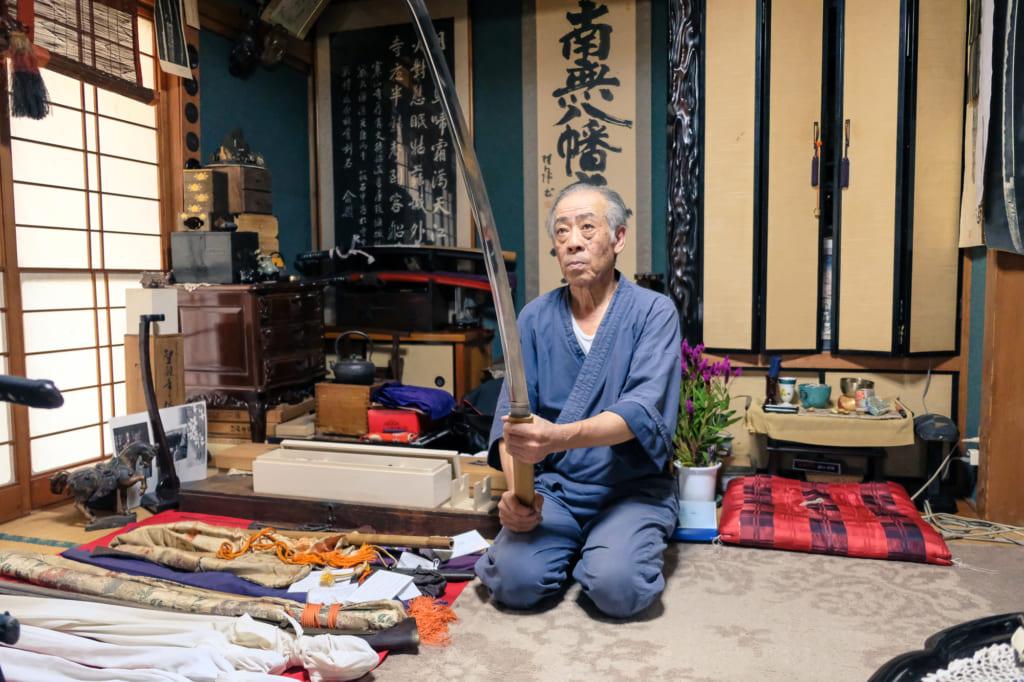 M. Matsunaga nous montre l'un des katana dont il a forgé la lame