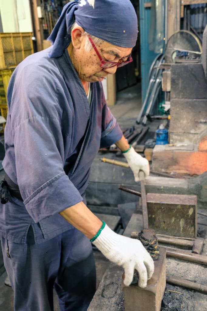 M. Matsunaga commence à forger la lame d'un katana dans son atelier à Arao