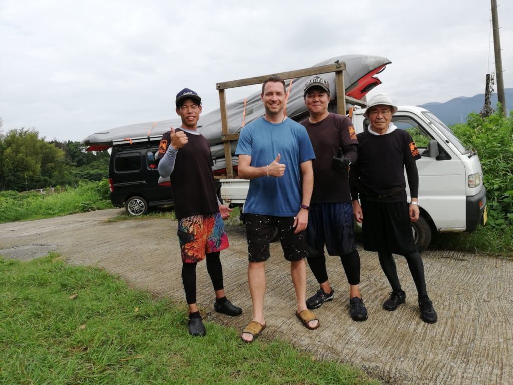 Photo de groupe avec mes guides avant de partir faire du canoe kayak dans les canaux d'irrigation de kikuchi