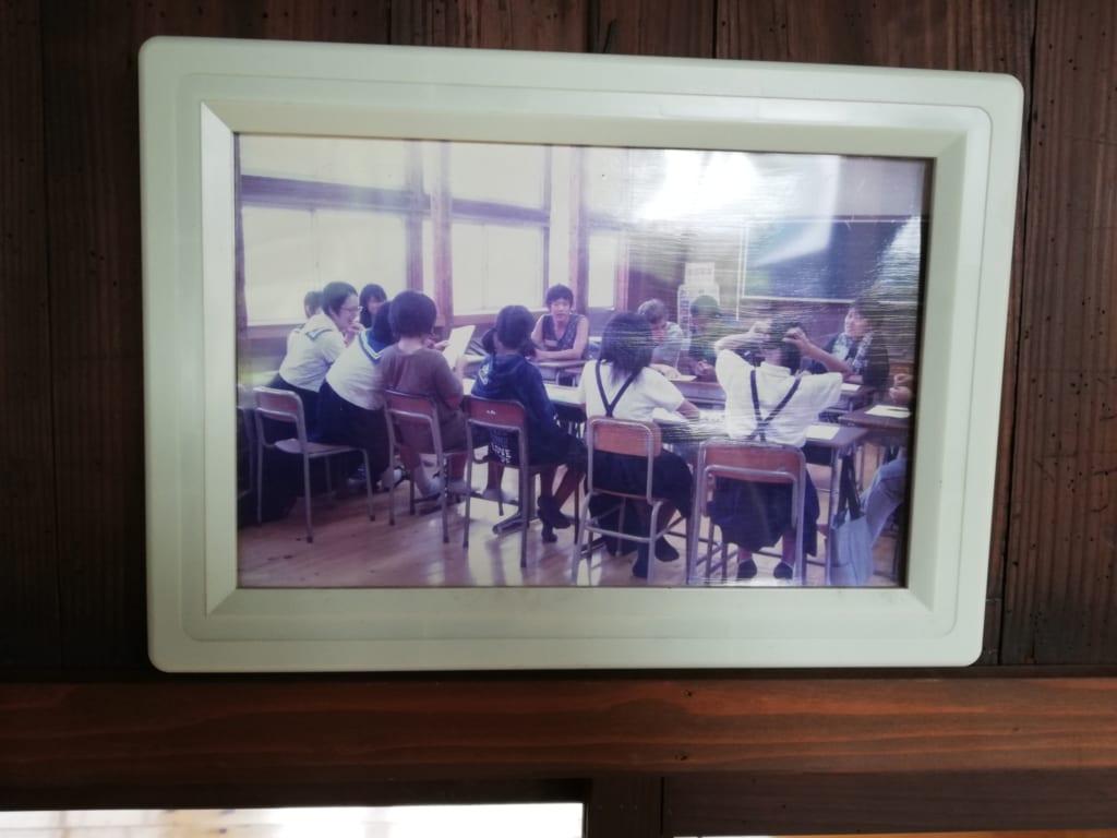 Vieille photo du Kikuchi Furusato Suigen Koryukan lorsqu'il s'agissait encore d'une école