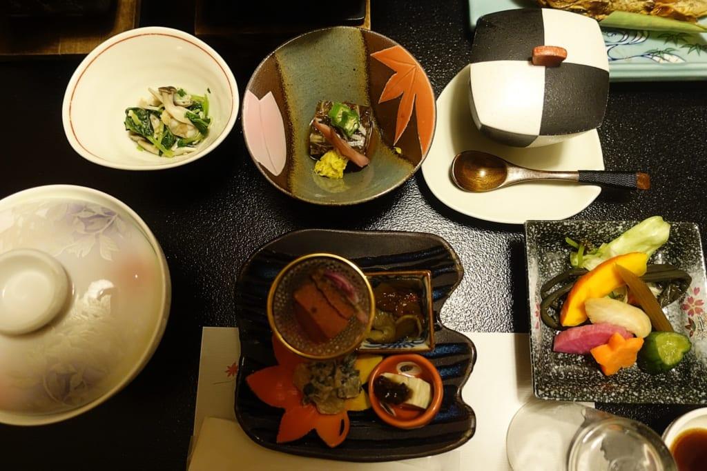 Cuisine traditionnelle japonaise kaiseki servie dans le ryokan Yunoyado Motoyu club