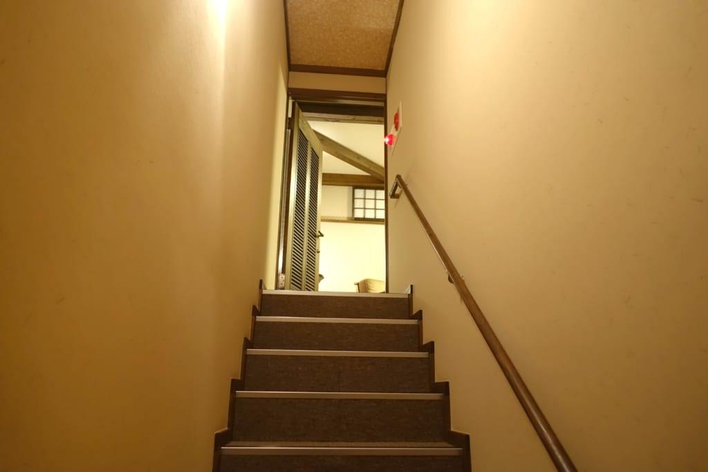 Escaliers menant à l'étage de la chambre du ryokan Yunoyado Motoyu club dans la préfecture d'Akita