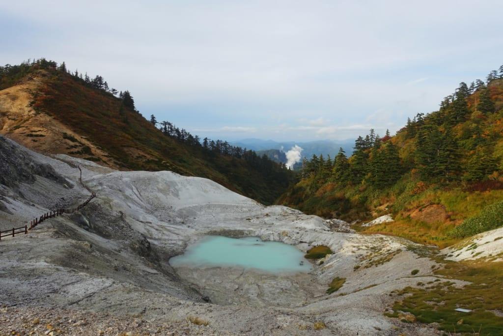 Le kawarage jigoku et son petit lac volcanique d'un bleu turquoise laiteux