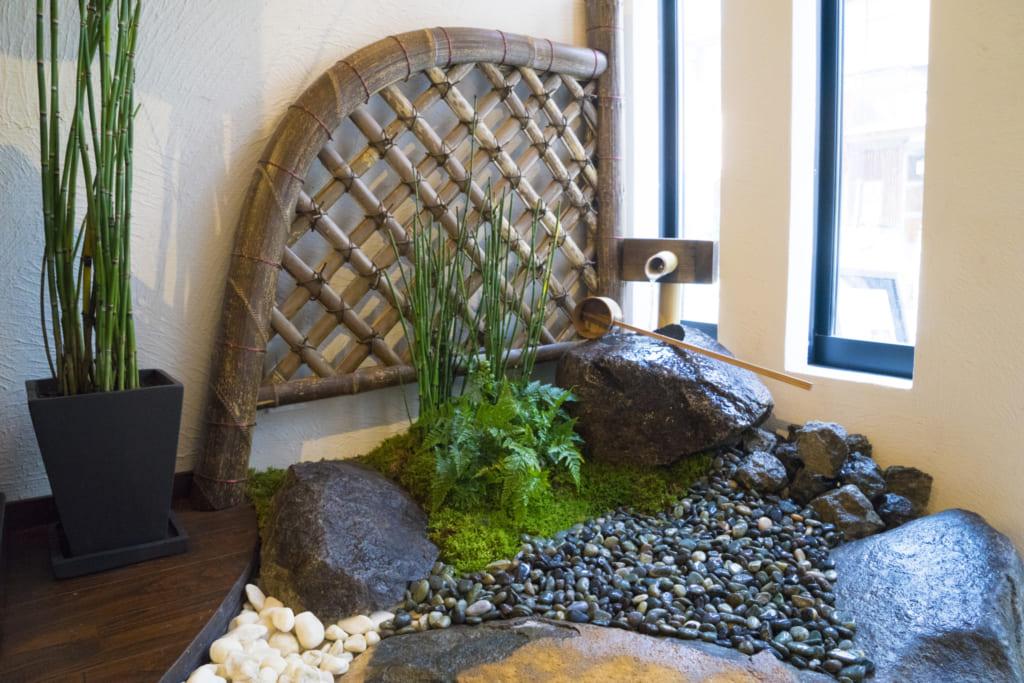 Petit jardin japonais intérieur dans l'entrée de l'école Shizu-Kokoro