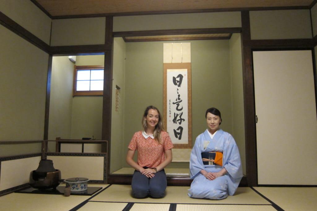 Je pose avec Mika, instructrice de la cérémonie du thé