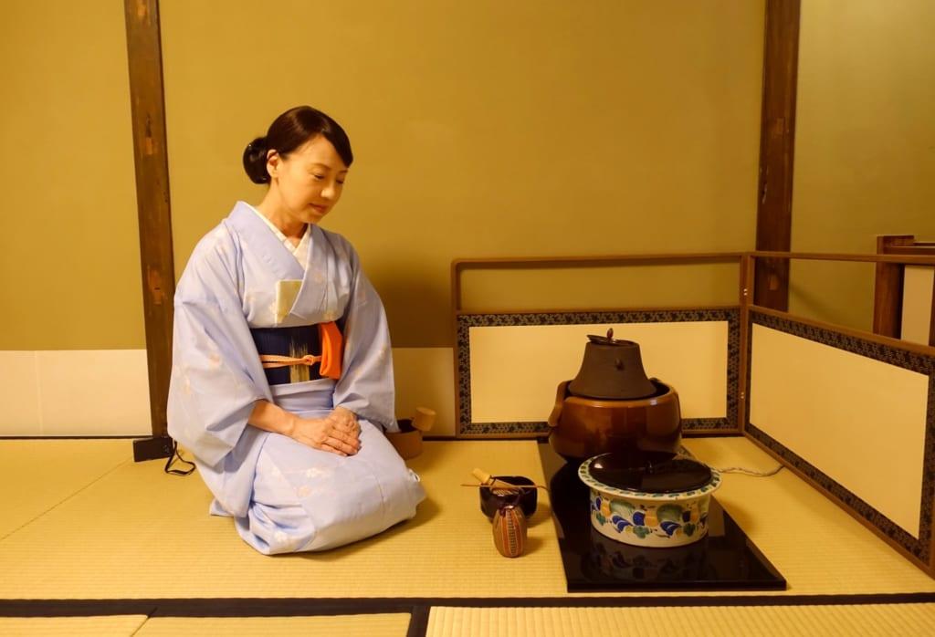 La cérémonie du thé japonaise : Mika s'apprête à verser de l'eau chaude : MIka présente les ustensiles